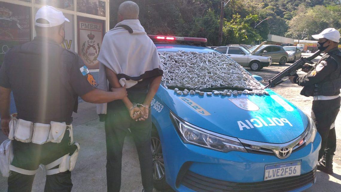 Homem é preso transportando drogas de Niteroí para Araruama