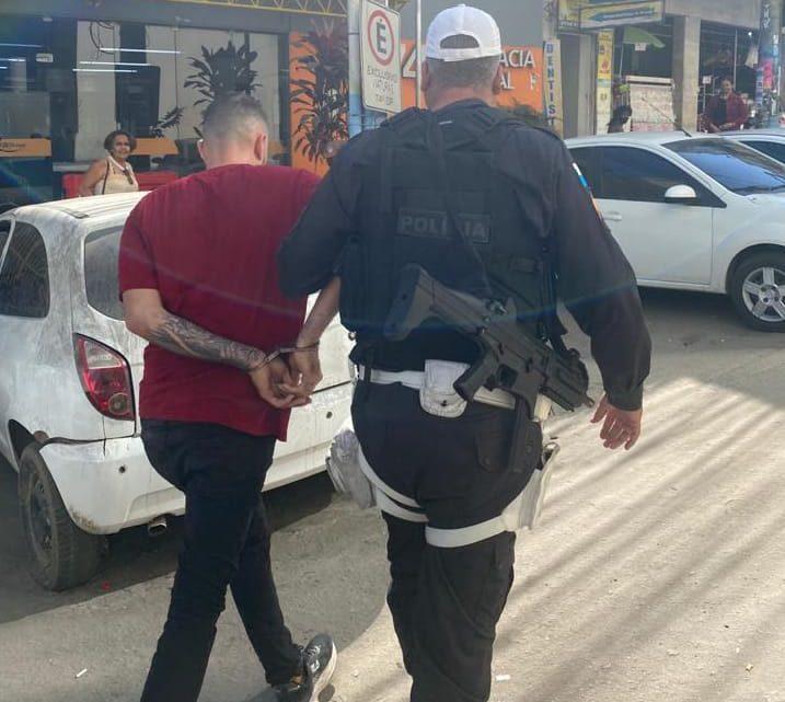 Um homem é preso furtando uma carga de cigarro em São Gonçalo