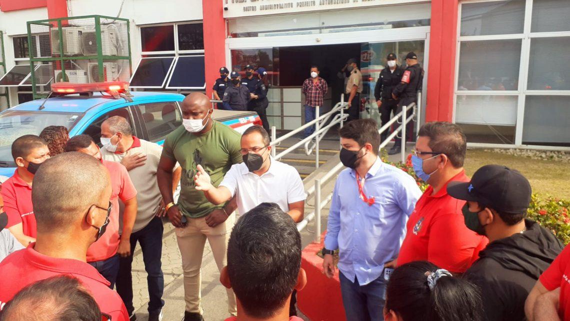 Motoristas de vans fazem manifestação na Prefeitura de Maricá