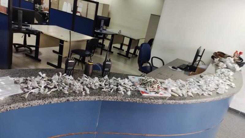 Drogas e granada são apreendida na Minha Casa Minha Vida em Maricá