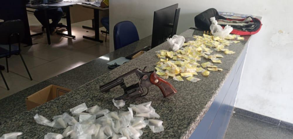 Troca de tiros termina com um baleado e material do tráfico apreendido em Maricá