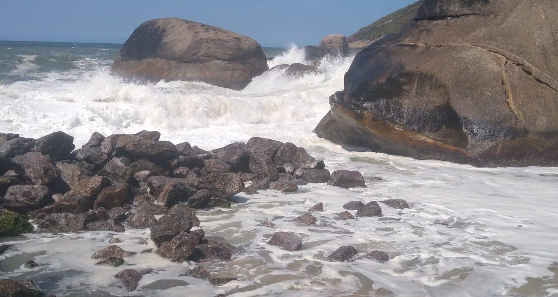 Ressaca destrói quebra-mar de Itaipuaçu em Maricá