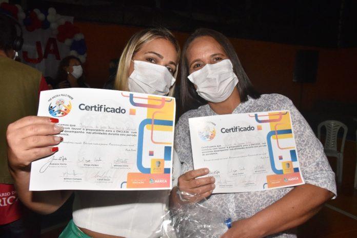 Prefeitura entrega certificados para alunos do Pré-Encceja 2020