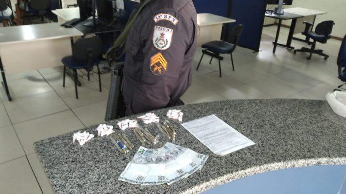 Homem é preso com drogas e dinheiro falso em Maricá