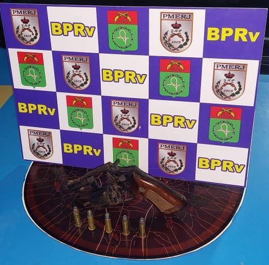 BPRv apreende arma e dois homens são presos em Jaconé, na Região dos Lagos