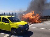 Carro pega fogo na Ponte Rio-Niterói
